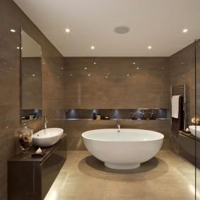 Просторная ванна с темной керамической плиткой