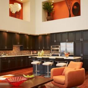 Декоративные ниши в интерьере комнаты с высокими потолками