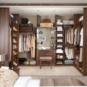 Большая гардеробная в нише стены спальной комнаты