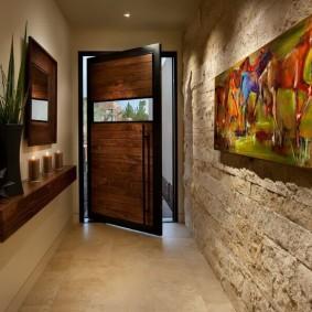 Отделка камнем стены в коридоре