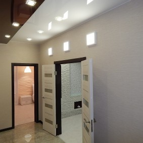 Двухцветный потолок в коридоре трехкомнатной квартиры
