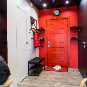 Акцентная стена красного цвета в прихожей