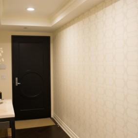 Светлые обои в коридоре городской квартиры