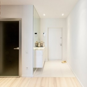 Светлая плитка перед дверью в прихожей