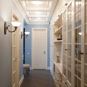 Встроенная мебель в длинном коридоре