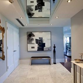 Зеркальная вставка на верхнем ярусе потолка в прихожей
