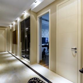 Керамический пол в длинном коридоре
