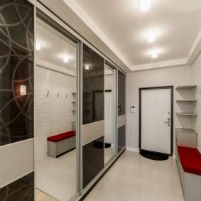 Стеклянные двери шкафа-купе в прихожей