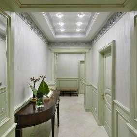 Длинный коридор в неоклассическом стиле