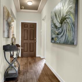 Декор картинами стен в коридоре