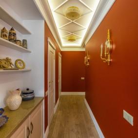 Красивая посуда на полках в коридоре