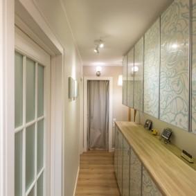 Узкие шкафы на стене прихожей