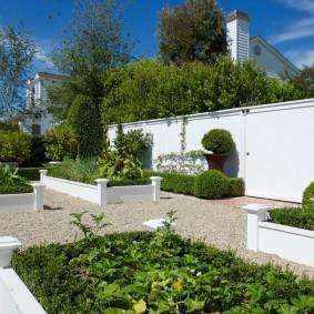 Белые грядки в саду современного стиля