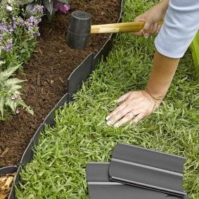 Установка пластиковых бортиков на садовую клумбу