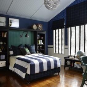 Полосатое одеяло в спальне мальчика