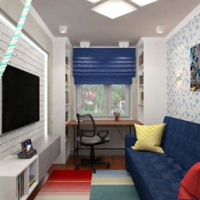Узкая комната с синим диваном