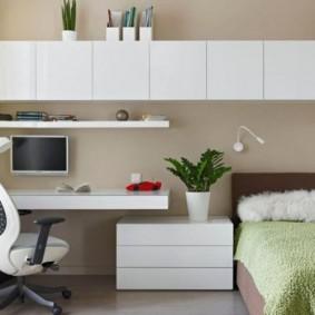 Белые шкафы на бежевой стене комнаты