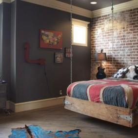 Подвесная кровать на деревянном каркасе