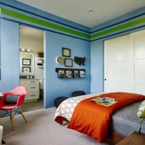 Голубые стены в детской спальне