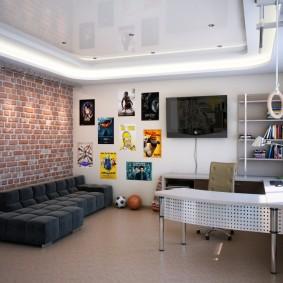 Серый диван возле стены комнаты