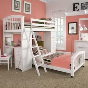 Двухъярусная кровать в спальне с розовыми стенами