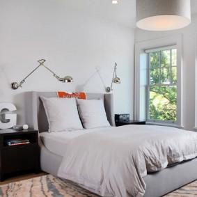 Настольные лампы на стене спальни