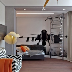 Шведская стенка в углу комнаты