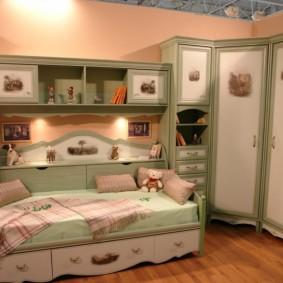 Угловой шкаф в спальне девочки