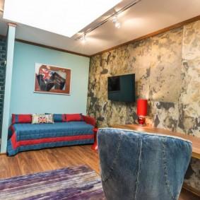 Диван-кровать у стены комнаты