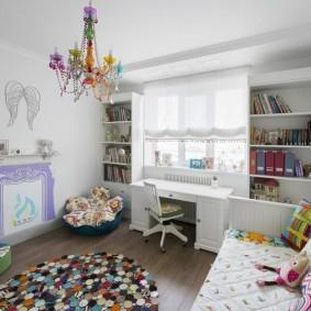 Цветная люстра на потолке детской комнаты