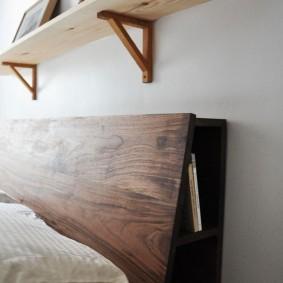 Самодельная полочка из дерева над кроватью