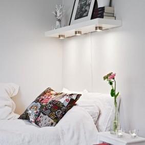 Встроенные светильники в полочке над кроватью