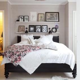 Черная кровать в светлой спальне