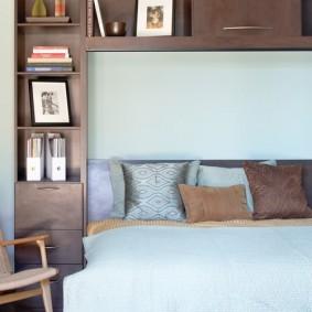 Мебель с полками в интерьере спальни
