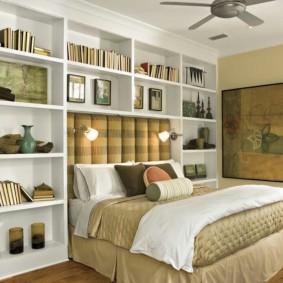 Белые стеллажи в спальной комнате