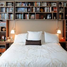 Полки для домашней библиотеки в спальной комнате