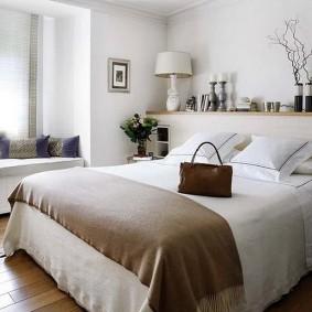 Дамская сумочка на кровати в спальне