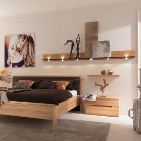 Широкая кровать в спальне молодежного стиля