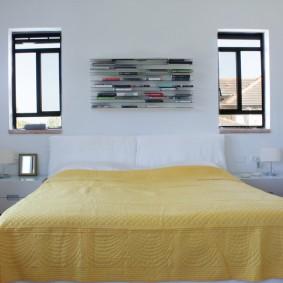 Полка на стене между узкими окнами