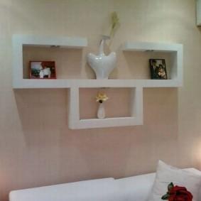 Белая полка для декораций в спальне