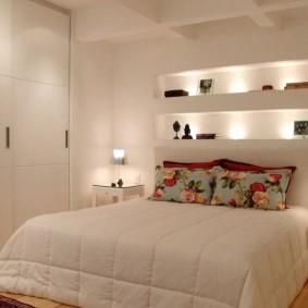 Освещение спальни со встроенными полками