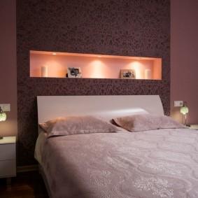 Стильная подсветка ниши в стене спальни