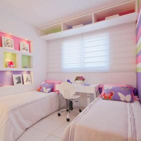 Полка под потолком спальни для девочек