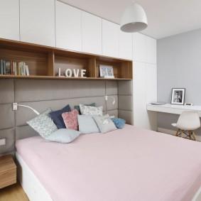 П-образный шкаф вокруг кровати в спальне