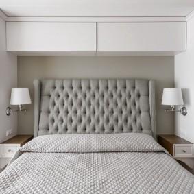 Современная кровать с серой спинкой