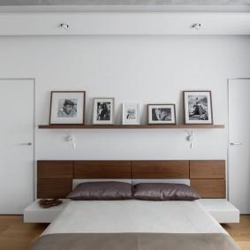 Белая комната с полкой на стене