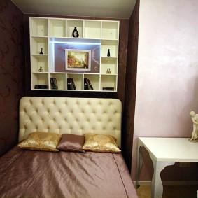 Крохотная спальня с узкой кроватью