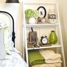 Полка-этажерка в спальне стиля прованс
