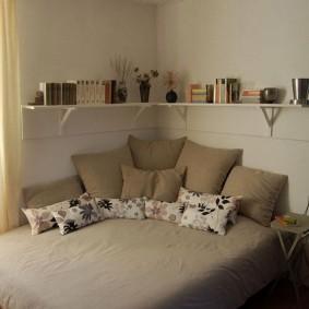 Угловые полки в маленькой спальне