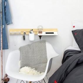 Современный стул с пластиковым сидением